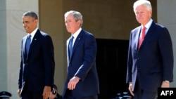Từ trái qua phải: Cựu tổng thống Barack Obama, George W. Bush và Bill Clinton.