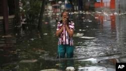 Uma mulher chora perante as ruas inundadas em Jakarta, Indonésia, 4 de Janeiro, 2020.