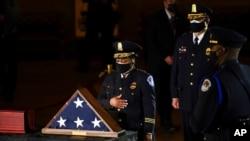 ARHIVA - Jogananda Pitman, v.d. šefice policije Kapitola, odaje poštu policajcu Brajanu Sikniku u Rotundi Kapitola, 2. februara 2021.