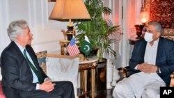 ویلیم برنز، رییس ادارهٔ استخبارات امریکا (چپ) و قمر جاوید باجوه، لوی درستیز پاکستان (راست)