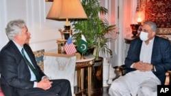 巴基斯坦三军情报局公关部门公布的照片显示,美中情局长威廉·伯恩斯会晤巴基斯坦陆军参谋长卡马尔·贾韦德·巴杰瓦将军。(2021年9月9日)