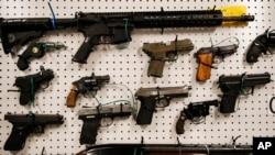 Des armes saisies par la police à Los Angeles le 13 février 2019.
