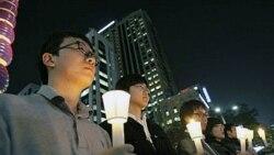 شهروندان کره جنوبی با در دست داشتن شمع، یاد بود سربازان کره جنوبی که در حمله روز سه شنبه کره شمالی کشته شدند را گرامی داشتند - ۲۳ نوامبر ۲۰۱۰