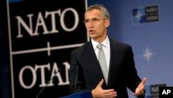 北约秘书长延斯·斯托尔滕贝格在位于布鲁塞尔北约总部的新闻发布会上发表讲话(2015年10月6日)。