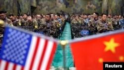 美國陸軍和中國軍人在江蘇省南京參加聯合救災演練後的儀式。(2018年11月17日)