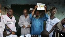 Des agents électoraux à l'oeuvre le 7 novembre 2010
