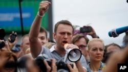 俄羅斯反對派領導人阿利克塞.納瓦爾尼星期六回到莫斯科對人群說他將參加9月8日舉行的市長選舉.