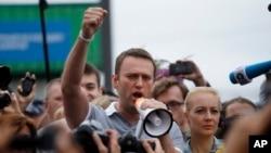 Lãnh tụ đối lập Nga Alexei Navalny nói chuyện với người ủng hộ và các nhà báo khi ông đến nhà ga ở Moscow, ngày 20/7/2013.