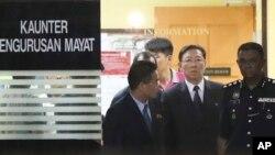 강철 주 말레이시아 북한 대사(오른쪽 2번째)가 지난 15일 부검을 위해 김정남 씨 시신이 안치된 말레이시아 쿠알라룸푸르 병원 영안실에서 나오고 있다.