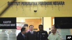 15일 강철 주 말레이시아 북한 대사(왼쪽 두번째)가 북한 김정은 국무위원장의 이복형인 김정남의 시신 부검을 위해 옮겨진 쿠알라룸푸르 병원 영안실에서 나오고 있다.