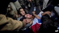 20일 인도 뉴델리 경찰이 버스 성폭행범 석방에 항의하는 시위대를 체포하고 있다.