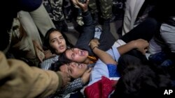 Police detain Indian youth protesting the release of a minor convicted in a fatal 2012 gang rape in New Delhi, India, Dec.20, 2015.