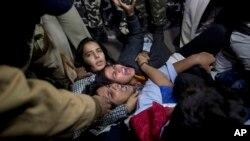 Cảnh sát Ấn Độ bắt giữ người biểu tình phản đối việc thả một can phạm hiếp dâm.