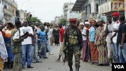 Warga di distrik Treichville, Abidjan menonton anggota pasukan Presiden Alassane Ouattara yang kini menguasai bekas markas pendukung Laurent Gbagbo.