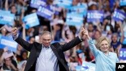 Demokratski predsednički kandidat Hilari Klinton i senator Tim Kejn na skupu u Floridi.