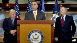 众议院共和党领袖博纳(中)与参议院共和党领袖麦康奈尔(右)周三在记者会上