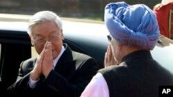 Tổng Bí thư Nguyễn Phú Trọng gặp cựu Thủ tướng Ấn Độ Manmohan Singh năm 2013. TQ nói việc thăm dò dầu khí của Ấn ngoài khơi bờ biển VN là 'bất hợp pháp'.