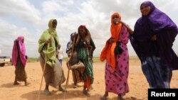 Des Somaliennes, déplacées à cause des inondations autour du fleuve Shabelle, attendent une assistance près de Baledweyne, au centre de la Somalie, le 22 juin 2016.
