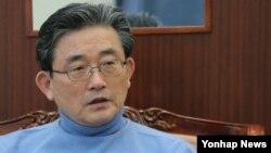 박근혜 한국 대통령 당선인이 미국에 파견키로 한 정책협의대표단 단장으로 결정된 새누리당 이한구 원내대표. 25일 국회 원내대표실에서 취재진의 질문에 답변하고 있다.