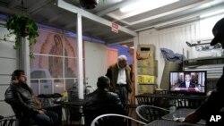 洛杉磯拉美裔居民11月20日在一家墨西哥餐館觀看奧巴馬的電視講話。