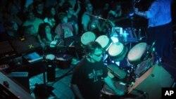 Miki Hart, bubnjar grupe Grateful Dead nastupa na koncertu Revolution Live u Fort Loderdejlu na Floridi, 17. oktobra 2012.