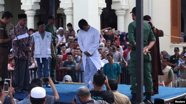 Seorang pria gay yang melakukan hubungan seksual sesama jenis menerima hukuman cambuk di Banda Aceh, 13 Juli 2018 lalu.