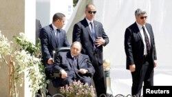 عبدالعزیز بوتفلیقه، رئیس جمهوری الجزایر (نشسته) - آرشیو