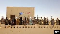 Des combattants d'un groupe armé local Gatia et du groupe armé pro-gouvernemental Mouvement de Salut de l'Azawad, se rassemblent devant leur siège dans la ville de Menaka le 21 novembre 2020.