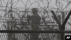 지난 1월 한국 파주시 판문점 인근 임진각에서 남한측 병사가 울타리를 수리하고 있다.