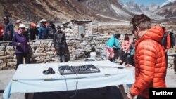 """El DJ británico Paul Oakenfold se prepara para actuar en el Monte Everest, en la """"Fiesta Más Alta de la Tierra"""". Martes, 11 de abril de 2017. Foto: @pauloakenfold"""