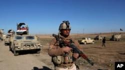 İraq ordusunun əsgərləri İŞİD militantlarının Mosulun şərqində məğlub edilməsindən sonra ərazidə mövqe tutur