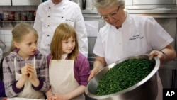 In this file photo, Annette Schavan, right, German Minister for Education prepare a kale dish together with children in Oldenburg, northern Germany, March 16, 2010. (apn Photo/Focke Strangmann)