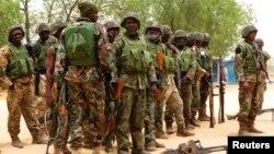 Sojojin Najeriya a kauyen Baga, kusa da birnin Maiduguri dake arewa maso gabashin Jihar Borno. Mayu 13, 2013.