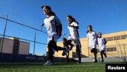 Para remaja putri berlatih untuk pertama kalinya di akademi sepak bola di Tripoli, Libya, 21 Desember, 2018. (Foto: Reuters)