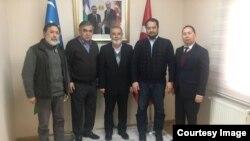 Muxolifat vakili Namoz Normo'min (markazda) O'zbekistonning Turkiyadagi elchixonasida, 28-fevral, 2018-yil.