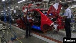 Para pekerja di pabrik General Motors sedang merakit mobil Chevrolet Beat (foto: dok). Perekonomian AS menciut 0,1 persen selama kuartal ke-4 2012 karena melambatnya ekspor.