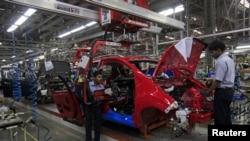 Pembuatan mobil Chevrolet di pabrik General Motors di Talegaon, sekitar 118 kilometer dari Mumbai. (Reuters/Danish Siddiqui)