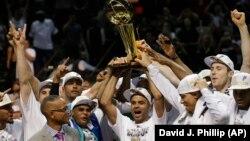 Toni Parker i saigrači podižu Leri O'Brajen trofej namenjen prvaku NBA lige