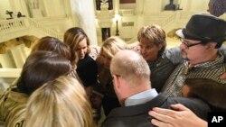 Sobrevivientes de abuso sexual infantil se abrazan en el Capitolio de Pensilvania mientras esperan la legislación para responder a un informe histórico del gran jurado estatal sobre el abuso sexual infantil en la Iglesia Católica, el 17 de octubre de 2018 en Harrisburg, Pensilvania.