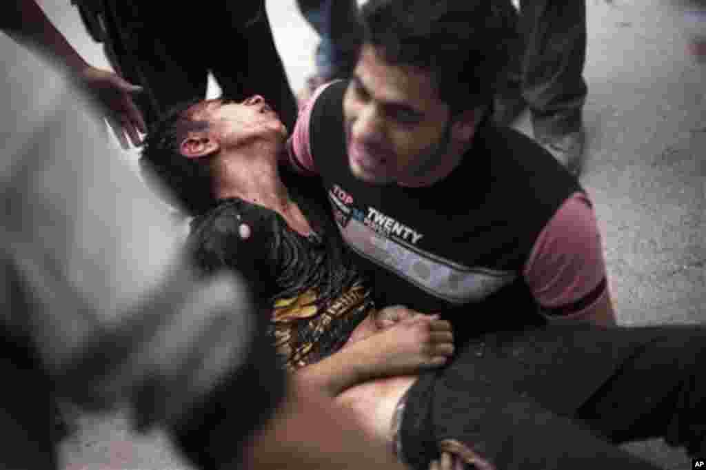 11일 시리아 정부군의 폭격으로 사망한 남동생의 사체를 안고 우는 알레포 시민.