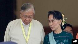 지난 15일 미얀마 의회에서 틴 쩌 대통령 당선자(왼쪽)와 아웅산 수치 여사가 대화하고 있다. (자료사진)