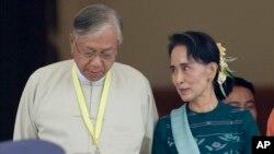 Тхин Чжо (слева) и Аун Сан Су Чжи