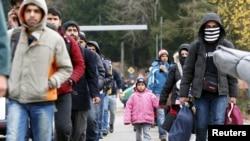 Para migran setelah melewati perbatasan Austria-Jerman dekat Wegscheid, Jerman (12/11). (Reuters/Michaela Rehle)