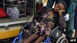 Un patient atteint du choléra arrive au centre Matero Cholera de Lusaka le 27 janvier 2004.