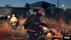 Los bomberos revisan los escombros del depósito abandonado donde se produjo el incendio en Nueva Orleans.