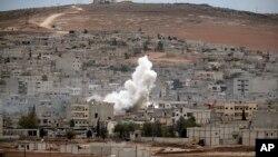 Moshi ukiwa unafuka kufuatia shambulizi la bomu huko Kobani.