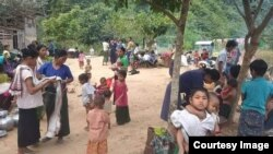 ရခိုင္ျပည္နယ္တြင္း ျဖစ္ပြားေနေသာ စစ္ပဲြမ်ားေၾကာင့္ ထြက္ေျပးတိမ္းေရွာင္ေနၾကရတဲ့ ဘူးသီးေတာင္ျမိဳ႕နယ္ စိုင္းဒင္ေစ်းရြာေရာက္ စစ္ေရွာင္မ်ား။ (ဓါတ္ပုံ -MP Oung Thaung Shway)