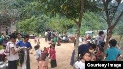 ဘူးသီးေတာင္ျမိဳ႕နယ္ စိုင္းဒင္ေစ်းရြာေရာက္ စစ္ေရွာင္မ်ား။ (ဓါတ္ပုံ - MP Oung Thaung Shway)