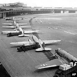 承担空运行动的飞机在柏林机场