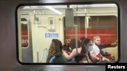 Pessoas com máscara no metro de São Paulo